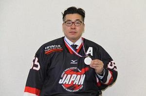 ➀銀メダルを手にするアイススレッジホッケー高橋選手2.jpg